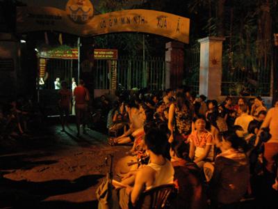 0101.vn - Liều mình chớp chỗ học cho con